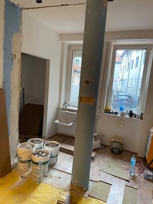 janiszewska marta-blog-jaminska.pl-kupno domu zrynku wtórnego-rura naśrodku pomieszczenia