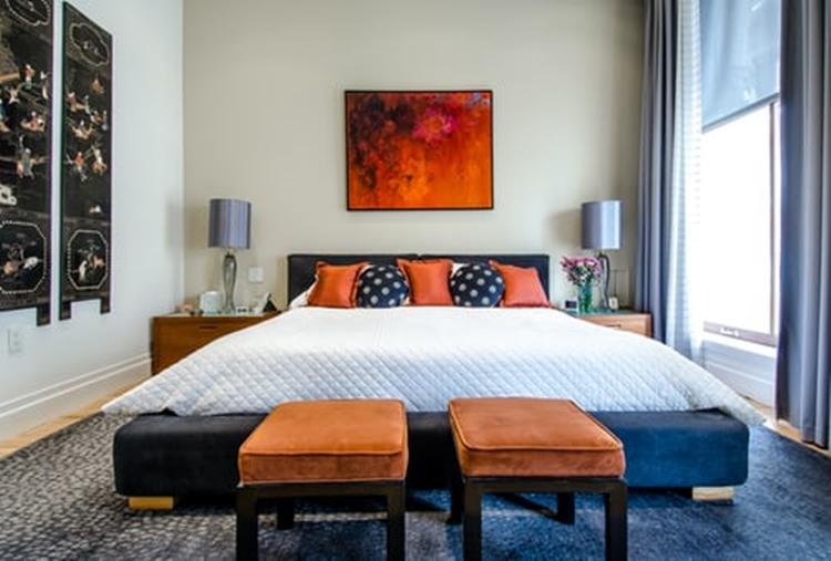 janiszewska marta-suwałki-nieruchomości-przytulna sypialnia-jak ją urządzić-światło wsypialni-lampki nocne-granatowa sypiania-rude dodatki