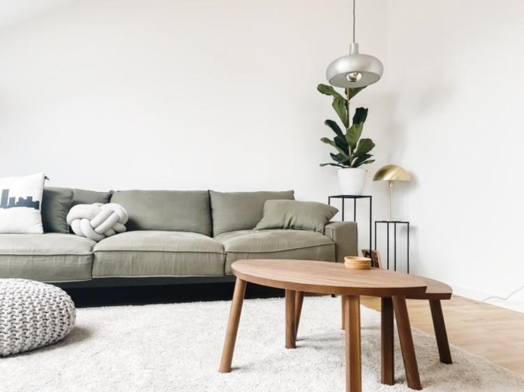 janiszewska marta-suwałki-wiosenne porządki które utrzymają się nadłuzej-minimalistyczny salon-szara kanapa-organizacja domu-decluttering-motywacja