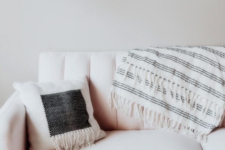 janiszewska marta-suwałki-wiosenne porządki które utrzymają się nadłuzej-tekstylia-poszewka napoduszkę-narzuta koc-biała sofa