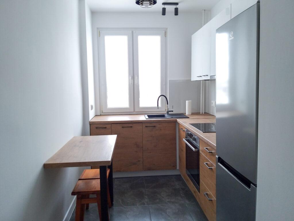 janiszewska marta-suwałki-jak przygotować mieszkanie dowynajęcia-jasne wnetrza-jasna baza-biało drewniana kuchnia-wąska kuchnia wbloku