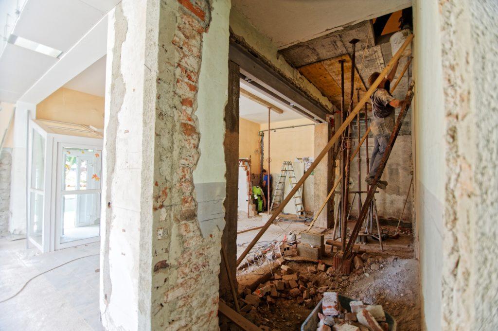 ruda-chata-blog-remont-mieszkania-czerwona-cegła-praca-ściany