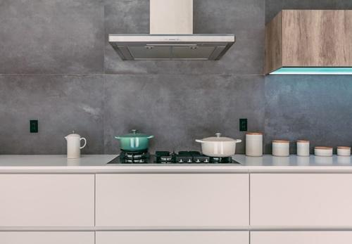 ruda chata-blog-beton wkuchni naścianie między szafkami-biała kuchnia