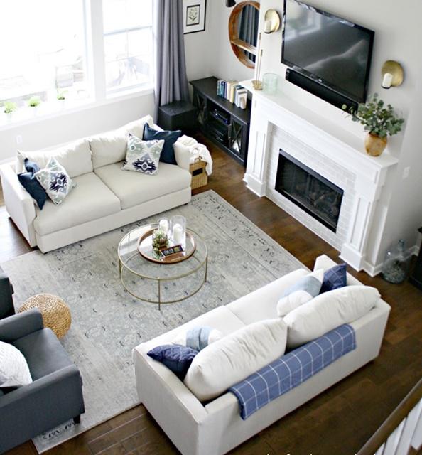 ruda chata-blog-jak ustawić kanape wsalonie-dwie kanapy naprzeciwko siebie-dwie sofy-biała sofa-fotel-kominek-tv