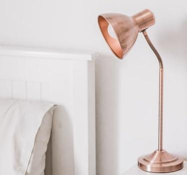ruda chata-blog-ergonomia-światło-lampa-sypialnia-biała ściana