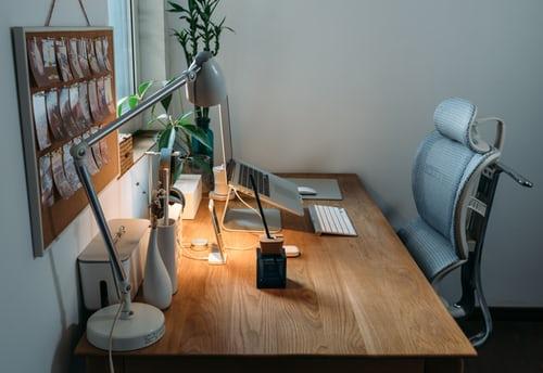 ruda chata-blog-ergonomia-co to znaczy-biurko-fotel-lampa-okno-laptop-praca-stanowisko pracy
