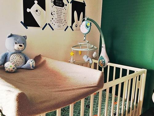 ruda chata-blog-kącik niemowlaka wsypialni rodziców-miś chicco dream-przewijak-prześcieradełko naprzewijaku-łóżeczko niemowlaka-karuzela chicco dream-plakaty dla niemowlaka-zielona ściana  wsypialni