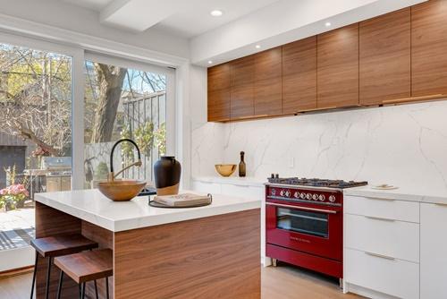 ruda chata-blog-marmur naścianie wkuchni-ściana między szafkami-jasna kuchnia-biało drewniana kuchnia