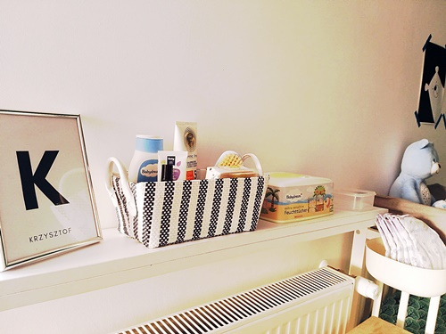 ruda chata-blog-półka dla niemowlaka-plakaty czarnobiałe-organizer dla niemowlaka-ramka zimieniem-przewijak-miś chicco dream