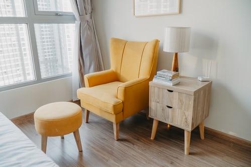 ruda chata-blog-salon-jasny-okno wsalonie-zółty fotel-jasny pokój-strony świata awybór mieszkania