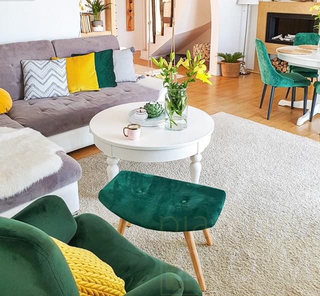 ruda chata-blog-jak ustawić kanapę wsalonie-salon-piaskowy dom-szara kanapa podścianą-zielony fotel-biały stolik kawowy-zielone iżółte poduszki