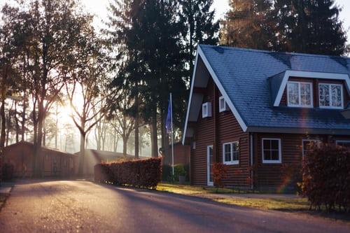 ruda chata-blog-strony swiata awybór mieszkania-drewniany dom-szary dach-zachód-ulica