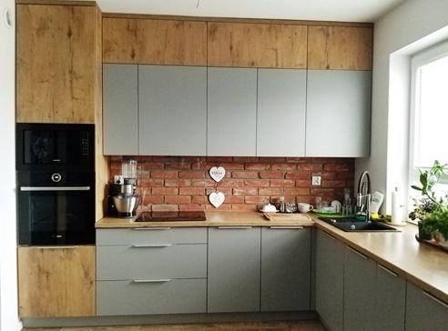 ruda chata-blog-szaro drewniana kuchnia-cegła między szafkami wkuchni
