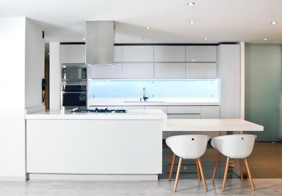 ruda chata-blog-szkło między szafkami wkuchni-biała kuchnia
