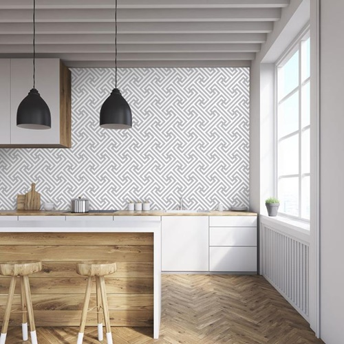 ruda chata-blog-tapeta wkuchni-między szafkami-biało drewniana kuchnia