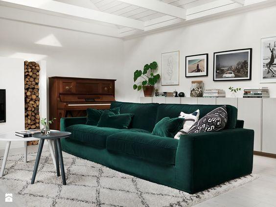 ruda chata-blog-butelkowa zieleń wewnętrzu-jasny salon zciemną kanapa