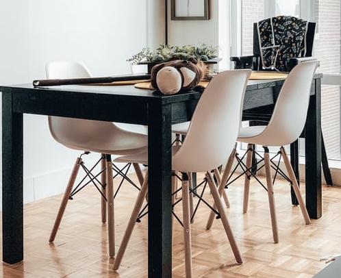 ruda chata-blog-ergonomia wmieszkaniu-funkcjonalna jadalnia-stół jadalniany-czarny stół-biała jadalnia-białe krzesła