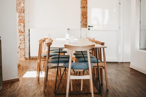 ruda chata-blog-ergonomia w mieszkaniu-funkcjonalna jadalnia-stół jadalniany-drewniany stół-cegła-biała jadalnia