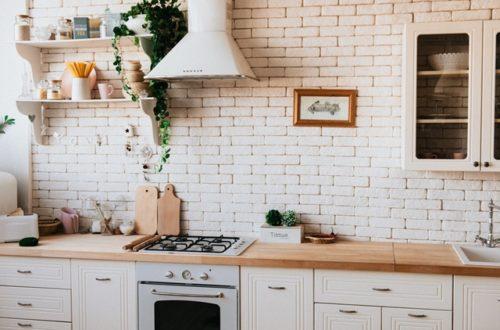 ruda chata-blog-ergonomia w mieszkaniu-funkcjonalna kuchnia-biała kuchnia-kitchen-półki w kuchni-biała cegła-kuchenka-ozdobny okap
