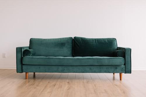 ruda chata-blog-ergonomia wmieszkaniu-funkcjonalny salon-jak ustawic kanape wsalonie-buelkowa zielen