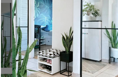 ruda chata-blog-jasne mieszkanie w bloku z wielkiej plyty-przedpokój-pufa na buty-szafa loft-szafa z lustrami-sypialnia-fototapeta-liście
