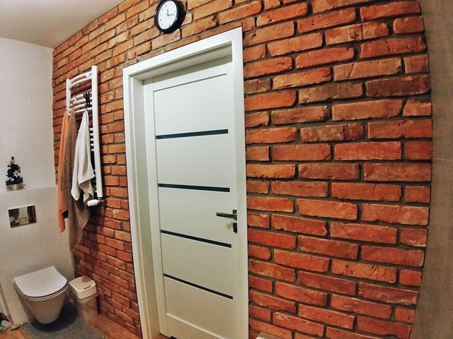 ruda chata-blog-cegła rozbiórkowa wewnętrzach-czerwona cegła włazience-białe drzwi verte--cegła nadwanną