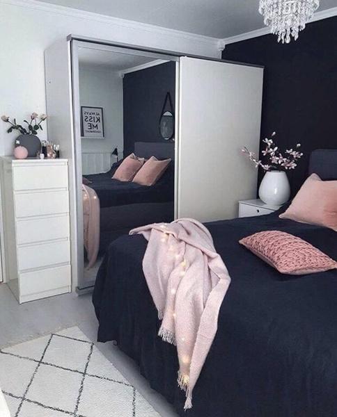 ruda chata-blog-funkcjonalna sypialnia-ergonomia wmieszkaniu-czarno różowa sypialnia-biała szafa zlustrem