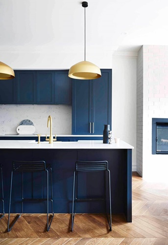 ruda chata-blog-kolor roku-pantone-classic blue-granatowa kuchnia-biały blat kuchenny-złote dodatki wkuchni