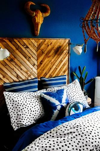 ruda chata-blog-kolor roku-pantone-classic blue-granatowa sypialnia-drewniany zagłówek-kaktus-pościel wkropki-jodełka