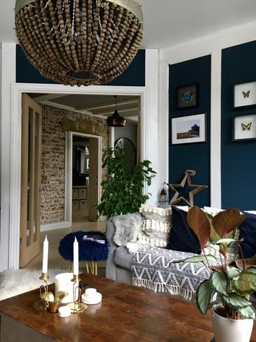 ruda chata-blog-kolor roku-pantone-classic blue-granatowy salon-cegła wprzedpokoju-granatowa ściana-belki nasuficie-galeria zakanapą