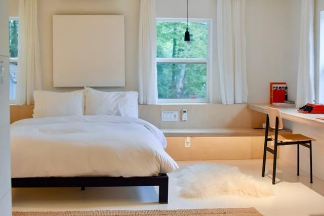ruda chata-blog-minimalizm wewnętrzach-biała sypialnia-minimalistyczna sypialnia