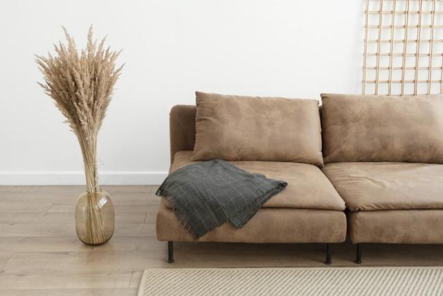 ruda chata-blog-minimalizm wewnętrzach-biały pokój-brązowa sofa-biały salon