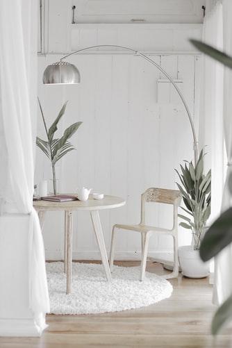 ruda chata-blog-minimalizm wewnętrzach-biały pokój-kącik jadalniany