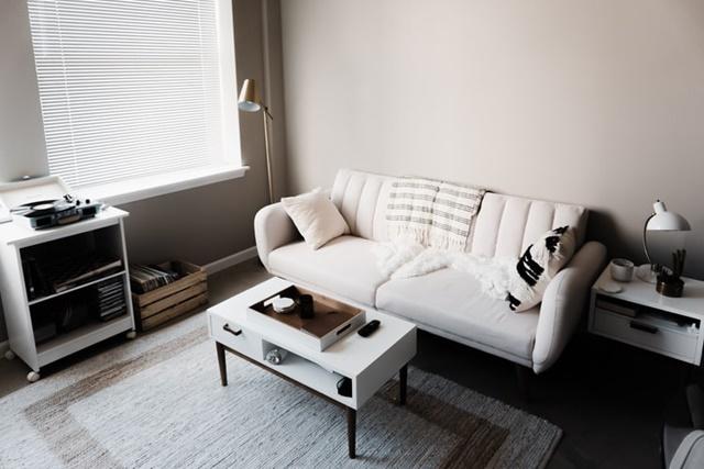ruda chata-blog-minimalizm wewnętrzach-biały salon-minimalistyczny salon-biała kanapa-sofa