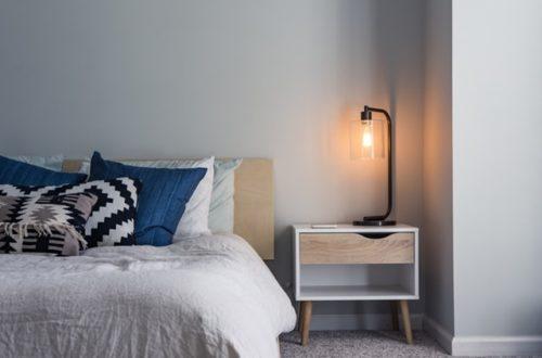 ruda chata-blog-trendy wnętrzarskie 2020 roku-kolor roku 2020-classic blue-kolory ziemi we wnętrzach-jasna sypialnia