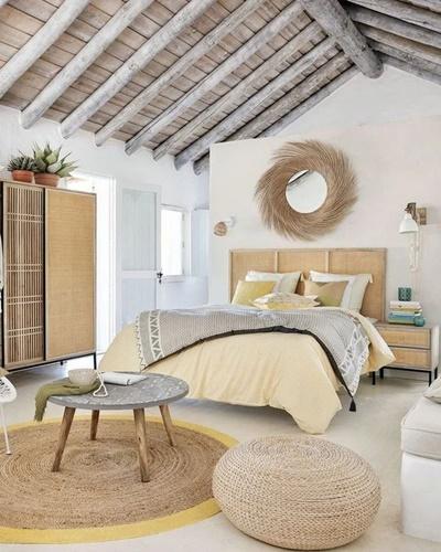 ruda chata-blog-trendy wnetrzarskie 2020-kolory ziemi-deski nasuficie-lustro nadłóżkiem-bezowa pościel-drewniana szafa-przytulna sypialnia