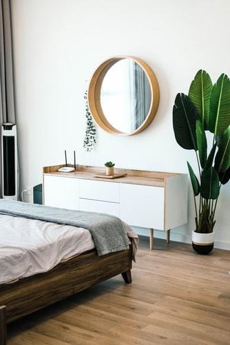 ruda chata-blog-trendy wnetrzarskie 2020-modne kolory-kolory natury-biało drewniana komoda