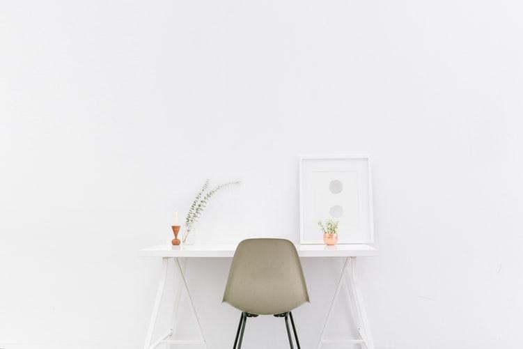 ruda chata-blog0minimalizm we wnętrzach-biały pokój-minimalistyczne biurko-miejsce pracy