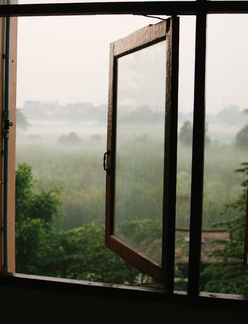 ruda chata-blog-domowe nawyki-wietrzenie mieszkania-otwarte okno