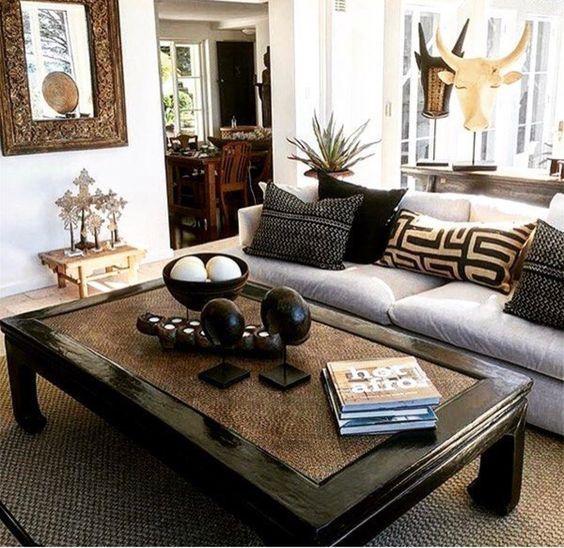ruda chata-blog-styl afrykański-salon wstylu afrykańskim-.dekoracyjne poduszki-stolik kolonialny-rzeźby
