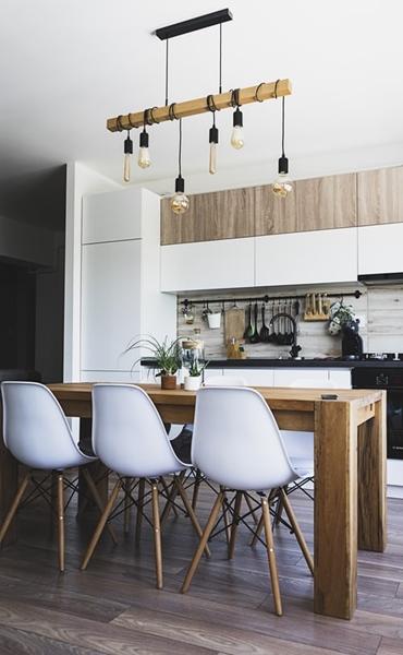 ruda chata-blog-styl industrialny-loftowa kuchnia-drewniano szara kuchnia-biało drewniana kuchnia-drewniany stół-loftowe oświetlenie-żarówki nakablu