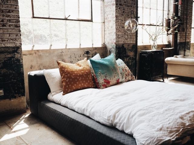 ruda chata-blog-styl industrialny-loftowa sypialnia-duże okna-czerwona cegła wsypialni