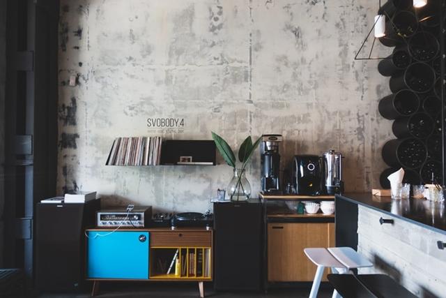 ruda chata-blog-styl industrialny-salon-biuro-beton naścianie-wysokie pomieszczenie-stare komody-