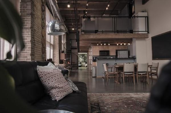 ruda chata-blog-styl industrialny-salon z kuchnia-czerwona cegła-beton-zarówki-anresola