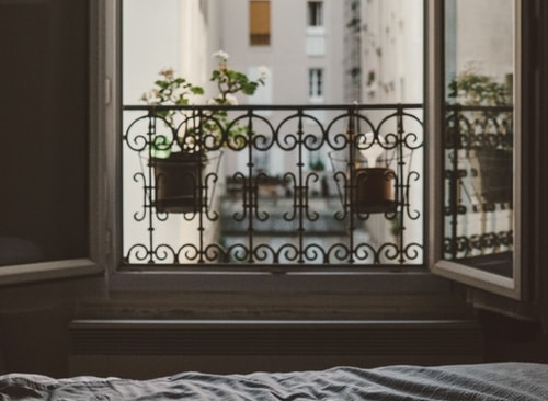 ruda chata-blog-jakość powietrza wdomu-wietrzenie-otwarte okno-sypialnia-kamienica