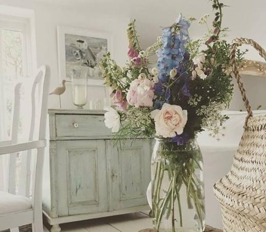 ruda chata-blog-shabby chic-pastelowa komoda-kolorowe kwiaty-biale krzesla z przetarciami