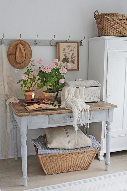 ruda chata-blog-shabby chic-pastelowa komoda-kolorowe kwiaty-biale krzesla zprzetarciami