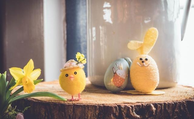 ruda chata-blog-wiosenne iwielkanocne dekoracje domu-drobne dekoracje zmarketu-pieniek drewna taca