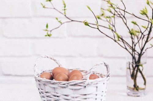ruda chata-blog-wiosenne i wielkanocne dekoracje domu-gałązki w wodzie-jajka w koszyku
