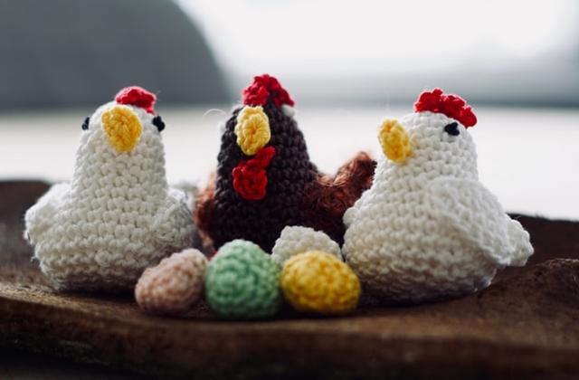 ruda chata-blog-wiosenne iwielkanocne dekoracje domu-szydełkowane kurki